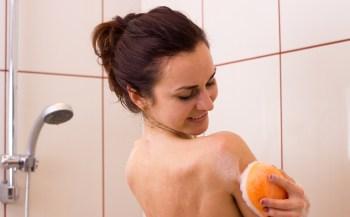 体を洗う女性