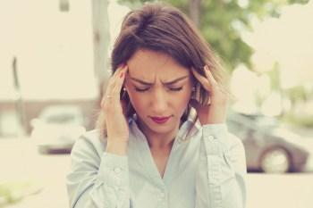 頭痛がする女性