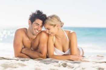 ビーチを楽しむカップル