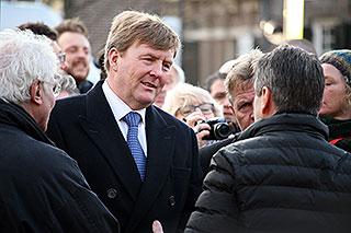 Koning Willem Alexander arriveert bij de herdenking van de februaristaking