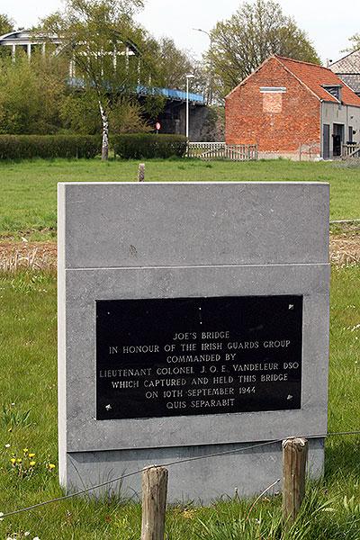 Het monument met Joe's Bridge op de achtergrond.