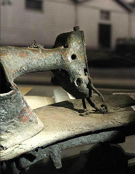 Kromgetrokken en gesmolten naaimachine gevonden na bombardement Rotterdam