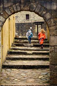 Verklede kinderen rennen in het joods dorp Orientalis Heilig Landstichting