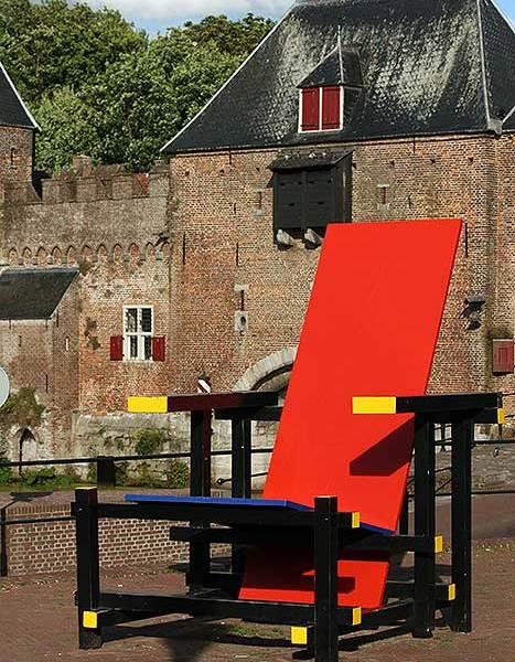 Deze enorme Rietveldstoel in Amersfoort is met recht keigrote kunst.
