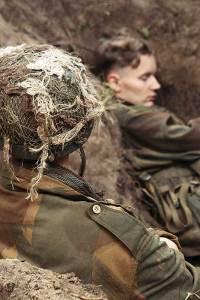 Acteurs in een schuttersput bij Oorlogsmuseum Overloon tijdens Santa Fe