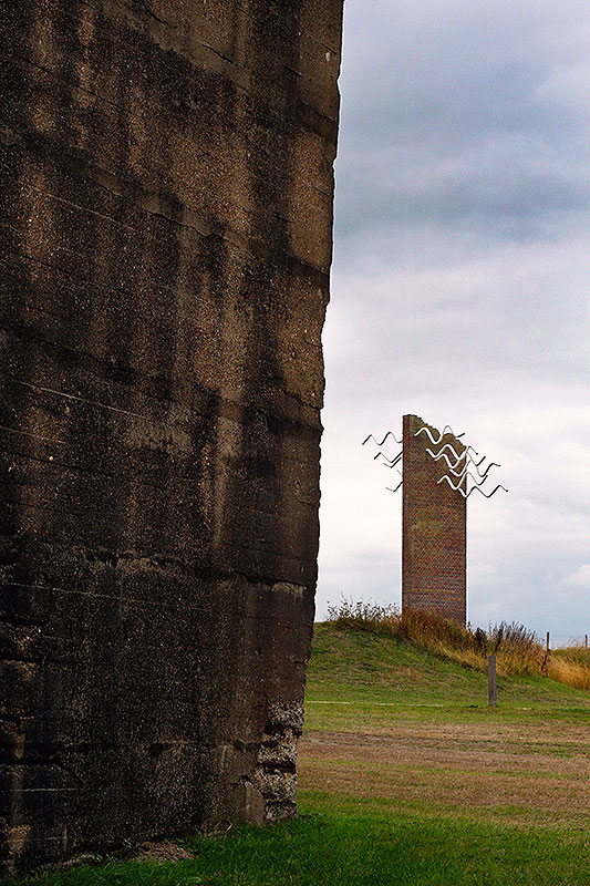 Watersnoodmuseum caisson met Watersnoodmonument op de achtergrond.