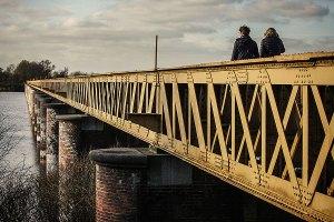 Wandelen over de oude spoorbrug