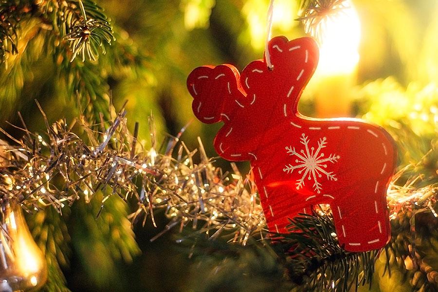 Onze kerstboom met decoratie van de kringloop