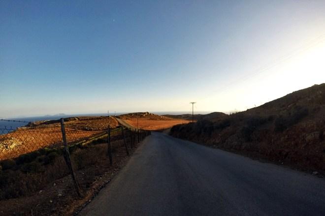 Wandern auf Kreta: Weg zurück vom Preveli Strand zur Bushaltestelle im Abendlicht