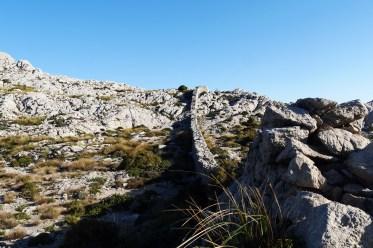 Steinmauer auf dem höchsten Punkt der 6.Etappe des GR221