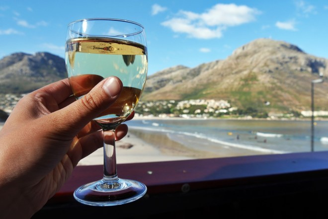 Glas Wein in Hout Bay in Südafrika
