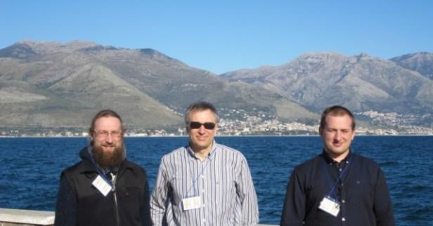VU bioinformatikų komanda (iš kairės): dr. Justas Dapkūnas, dr. Česlovas Venclovas ir Klimentas Olechnovičius. Nuotrauka iš asm. archyvo