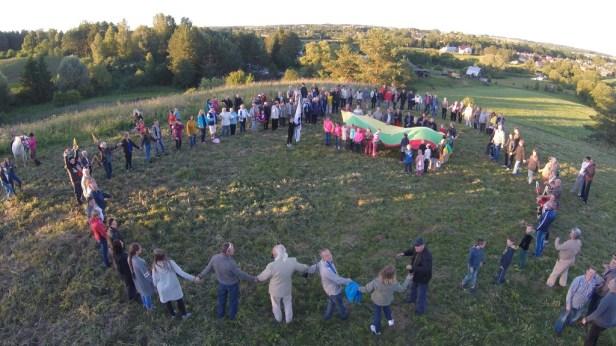 Panoraminė susirinkusių ant Lygamiškio piliakalnio ir Užpalių miestelio nuotrauka. Jono Bučelio nuotr.