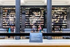 """Nacionalinėje bibliotekoje – stebinanti Jolitos Vaitkutės instaliacija """"Pabudę iš knygų"""""""