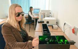 Nuo dirbtinių sausgyslių iki nematomų apsiaustų: 5 ateities medžiagos, pakeisiančios pasaulį iš esmės