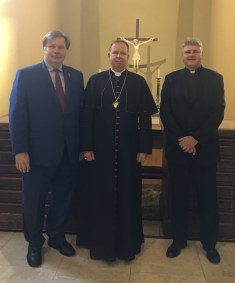 Dr. Prunskis su arkivyskupu Gintaru Grušu ir prelatu Edmundu Putrimu