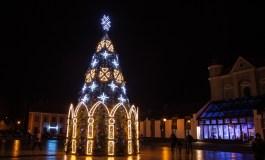Kėdainių senamiestį papuošė santūriai didinga Kalėdų eglė