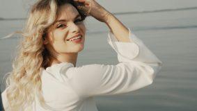 """Atlikėja Augustė Žičkutė pristato pirmąjį savo vaizdo klipą """"Dėl meilės"""""""