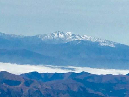 遠くに白山