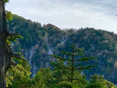 遠くに西穂山荘。