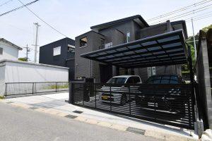 岡崎市エクステリア外構高級感のある黒と赤いポストがスタイリッシュなモダン外構
