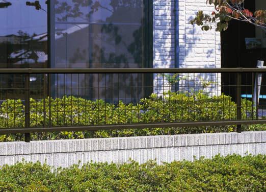 ステンカラーがスタイリッシュなアルミ製メッシュフェンスの価格|愛知県西尾市、蒲郡市、幸田町、碧南市を中心に三河地区№1スタッフ数のエクステリア・外構 ライフ・ランド