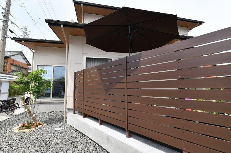 リゾート風新築外構で失敗しない目隠しフェンスの設置|愛知県豊明市、知立市、みよし市、大府市を中心に三河地域№1スタッフ数のエクステリア・外構 ライフ・ランド