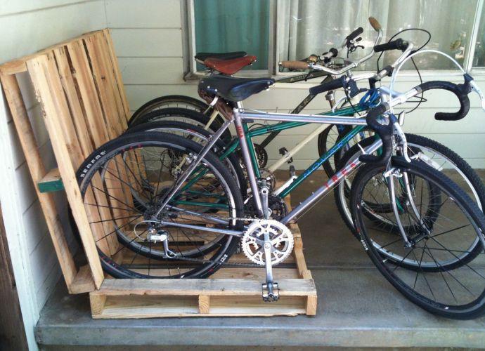 Парковка для велосипедов на дачном участке.