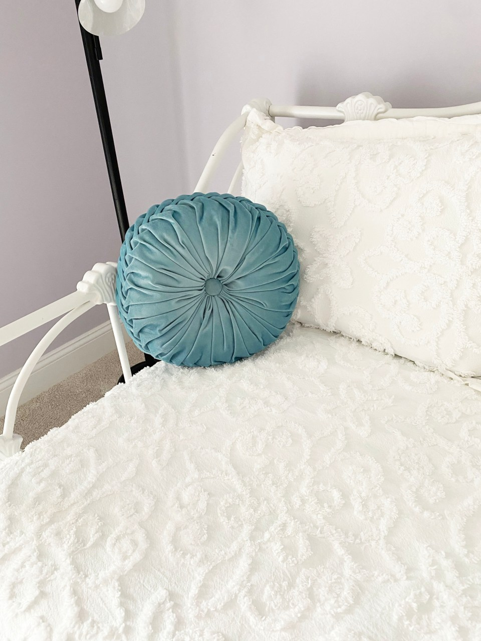 White Day Bed + Bedding 1
