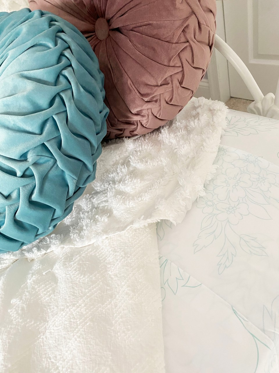 White Day Bed + Bedding 8