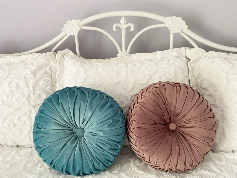 White Day Bed + Bedding 9