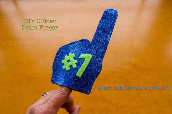 DIY Glitter Foam Finger tutorial. Customize yours in any team colors  |  Life Currents  https://lifecurrentsblog.com  #goTeam #cheer #tutorial