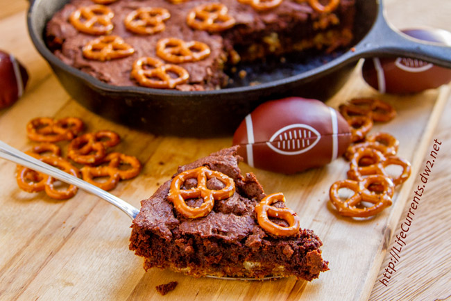 Skillet Brownies with Pretzel Crust: this tailgating snacks month dessert is totally worthy of tailgating and football parties, I mean you've got a big pretzel cookie crust topped with an espresso bittersweet brownie all baked in a skillet. Nosh on! by Life Currents https://lifecurrentsblog.com