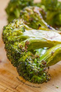 Grilled Garlicky Broccoli by Life Currents is a great easy side dish that you'll just adore! https://lifecurrentsblog.com