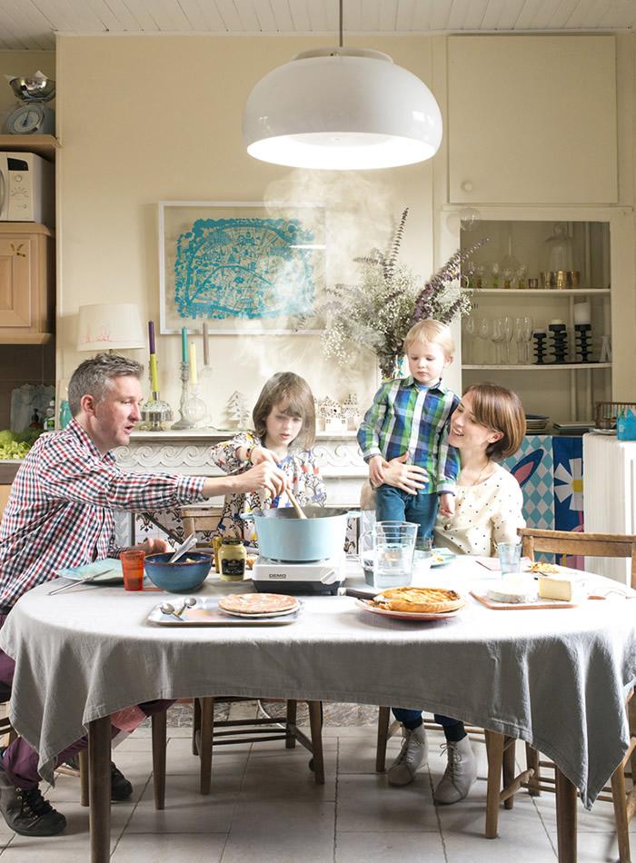 """匂いを気にせず、家で思いっきり「焼肉」や「鍋」や「ホットプレート」ができる""""照明器具""""が幸せです"""