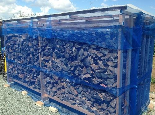 薪棚にハチの巣をつくらせない方法は、簡単かつ安心
