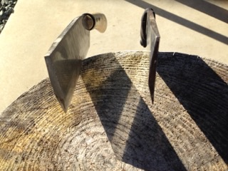 薪あつめに山で使う刃物は【片刃の鉈(ナタ)】が、安全性と作業効率を高めオススメです