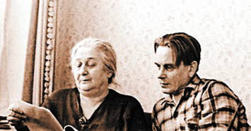 Павел Лукницкий и Анна Ахматова работают над архивом Гумилева