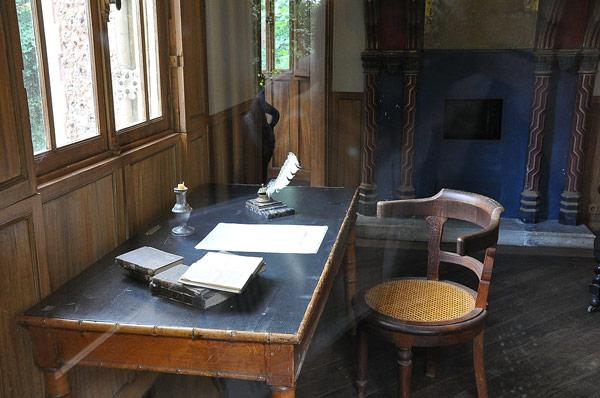 Стол, за которым работал писатель Дюма-отец