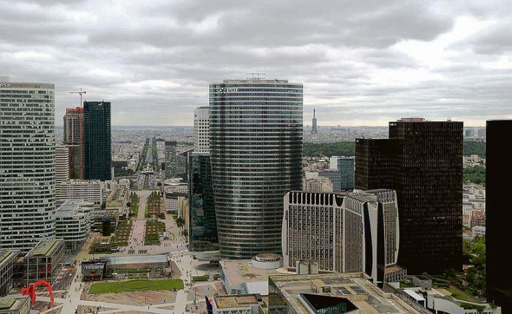 С арки видны небоскребы Парижа