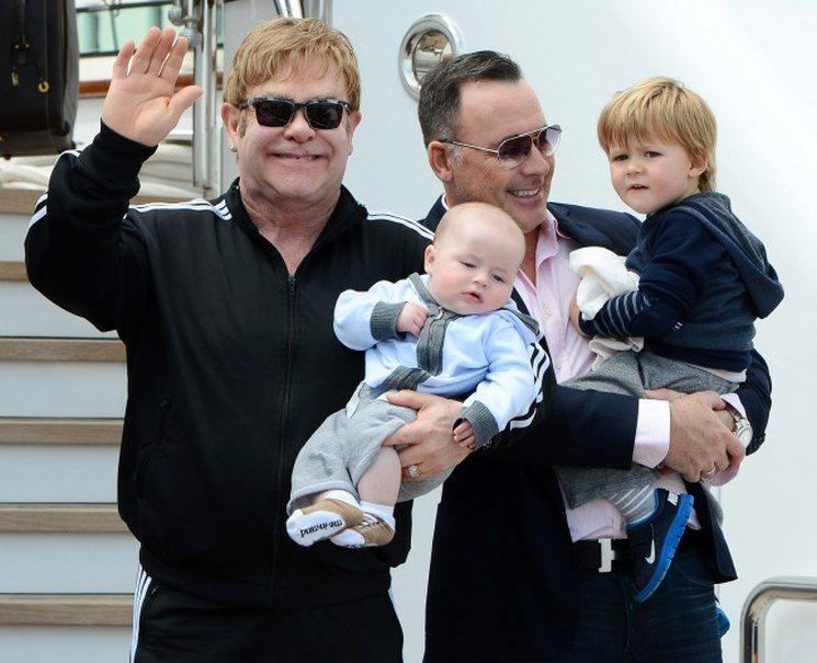 Элтон Джон со своей семьей, Элтон Джон, певец Элтон Джон, биография Элтона Джона, лайфрид