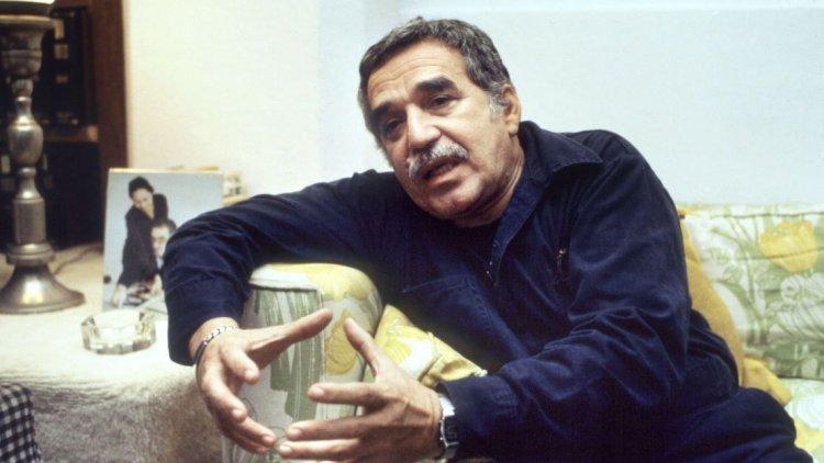 Габриэль Гарсиа Маркес за столом