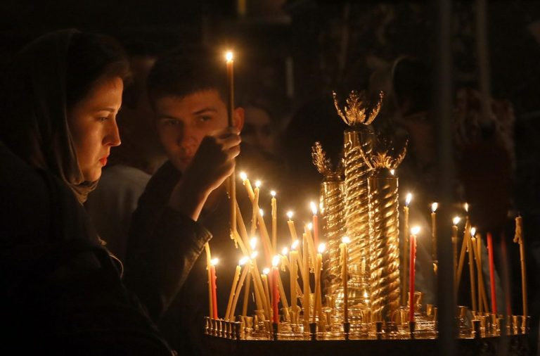 Родительская суббота, церковь, свечи, девушка