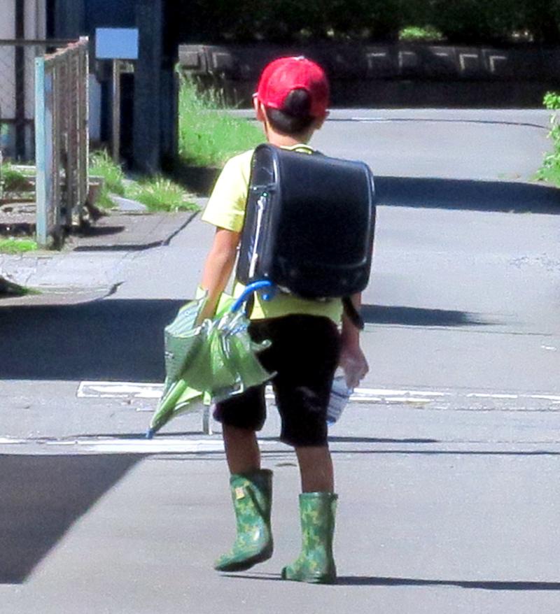 長靴を履いた少年。写真AC