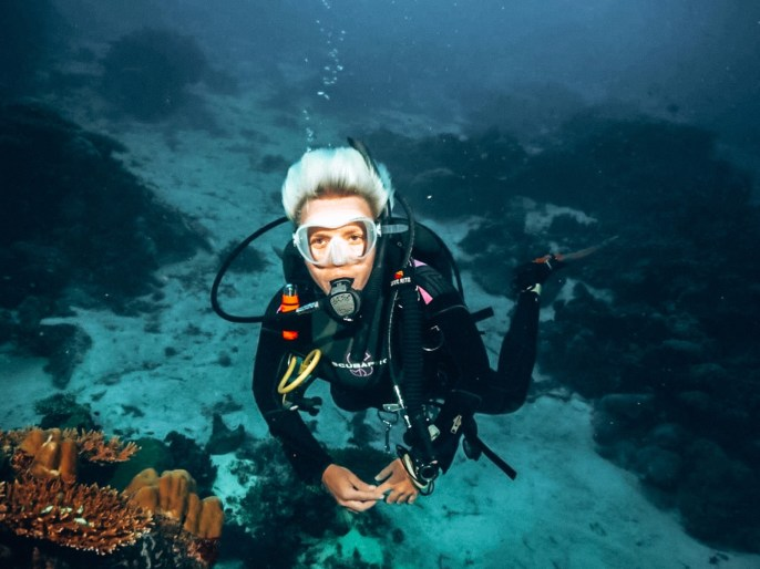 nurkowanie na Malediwach photo by Jorn Theelen, kobieta nurek pod wodą