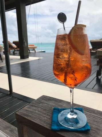 alkohol na Malediwach, pomarańczowy drink na plaży, w barze