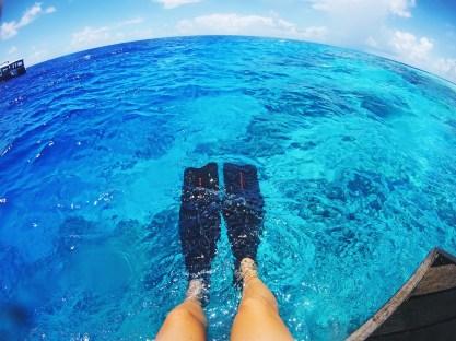 snorkling na Malediwach, noga i płetwy w wodzie