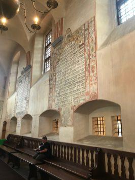 Wnętrze synagogi w Tykocinie, fragmenty Tory na ścianach