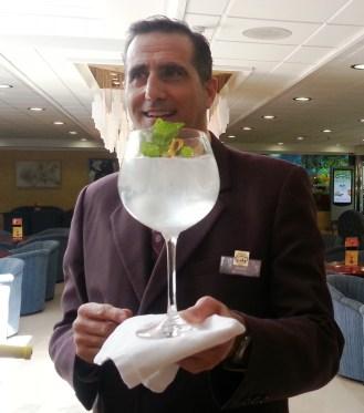 Jesús Rodríguez y Juan Fernández, jefes de bar de Hoteles Servigroup, recibieron un premio a manos de FOTUR (Federación de Ocio y Turismo de la Comunidad Valenciana), que les convierte en los mejores barman de la región.