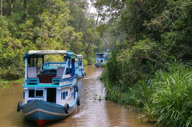 """""""Klotok"""" laiveliai upėje"""